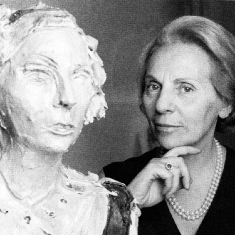 Alba Allocchio Borsani e il busto di Lucio Fontana che la raffigura