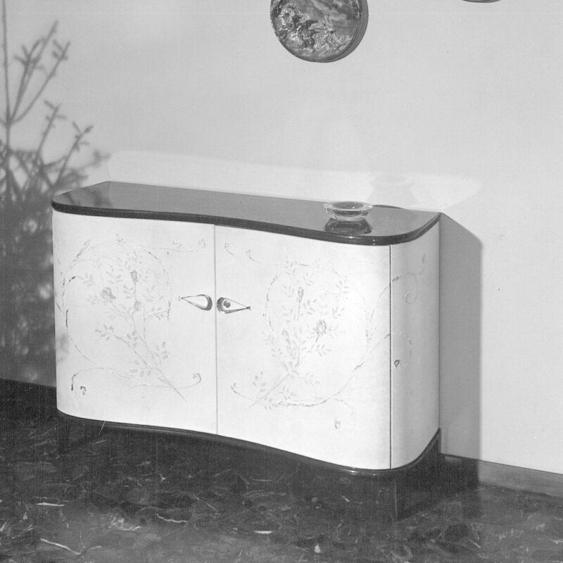 Mobile a due sportelli in mogano con ante rivestite in pergamena, 1945