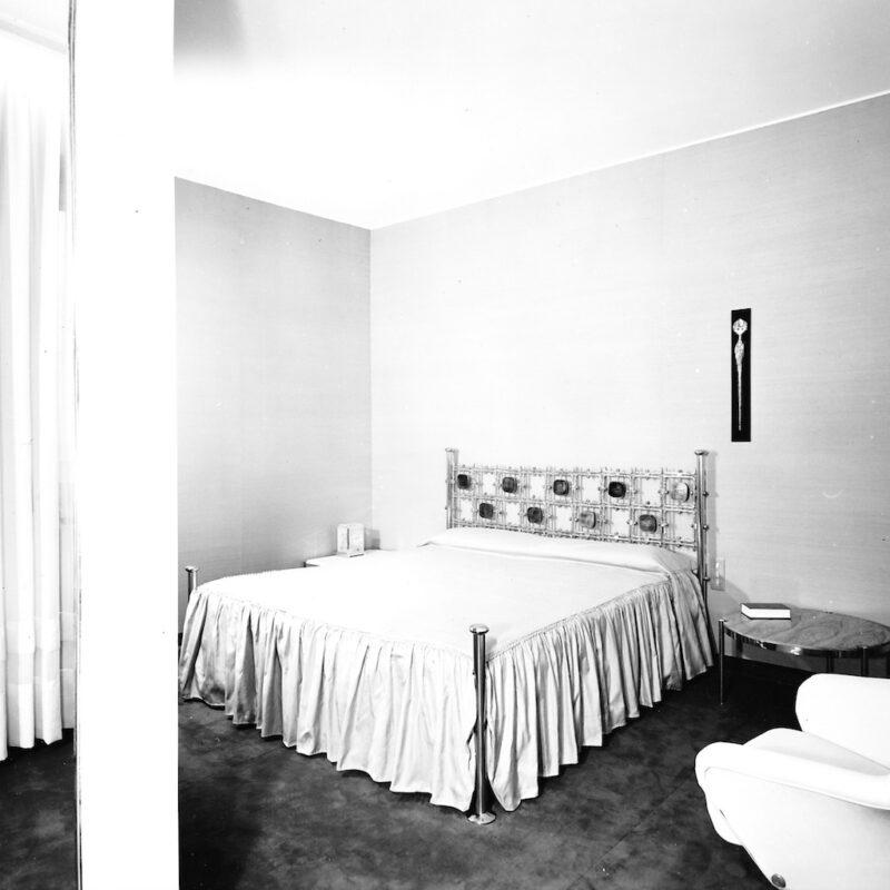 Testata per letto in ottone e piastrelle in smalto