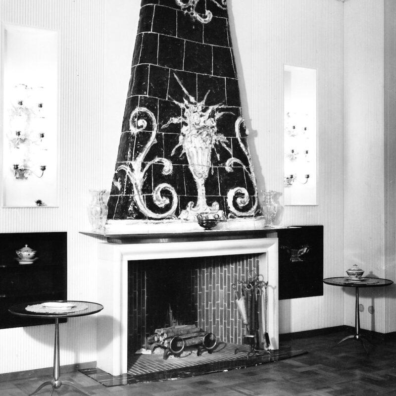 Camino con cappa in rivestimento ceramico, 1949