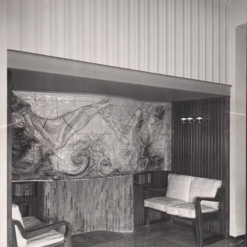 Camino con rivestimento in ceramica decorata, 1945