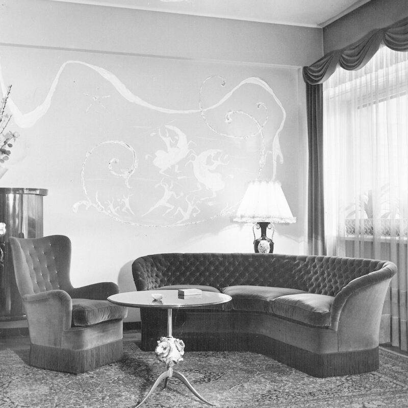 Tavolino con struttura in ottone con elemento decorativo, 1950