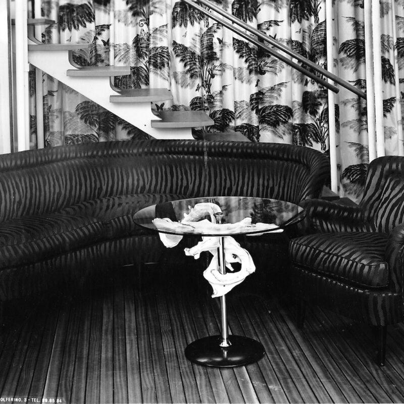 Tavolino di servizio con elemento decorativo presentato alla IX Triennale, 1951