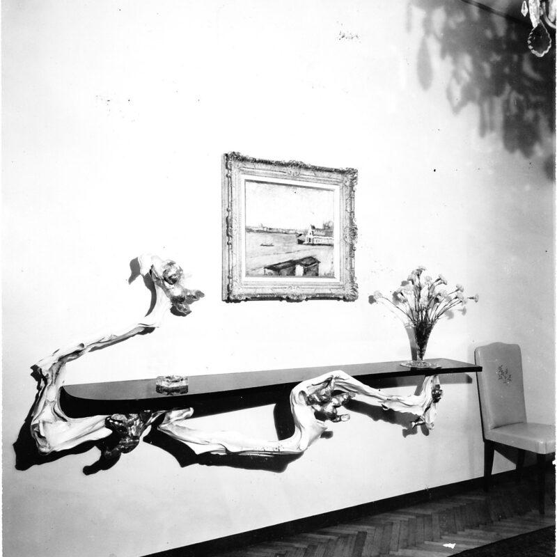 Mensola con piano in marmo e supporto in legno patinato e dorature su disegno di Lucio Fontana
