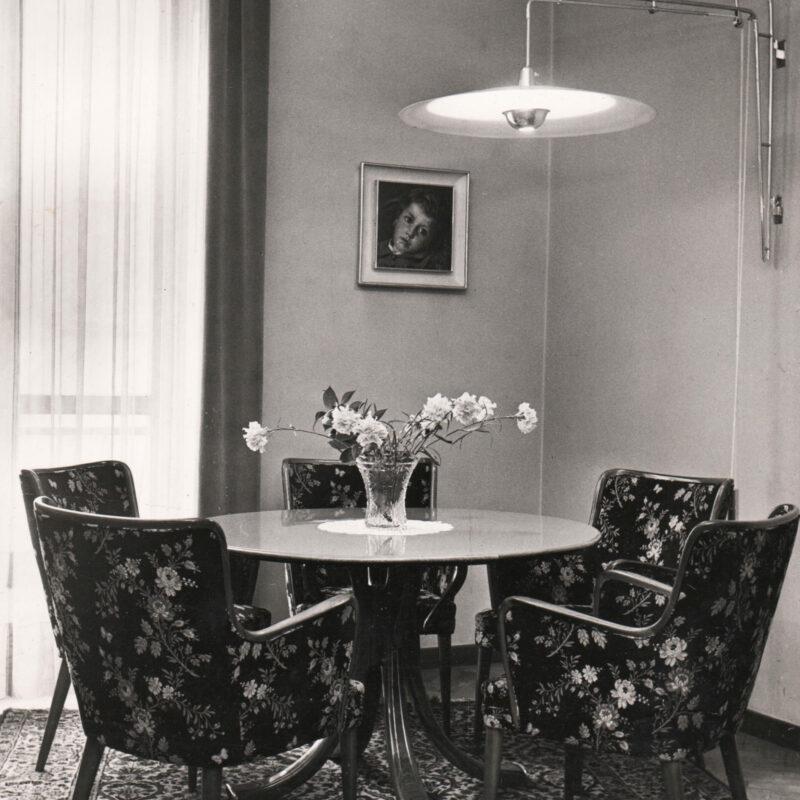 Poltroncine e tavolo - 1945
